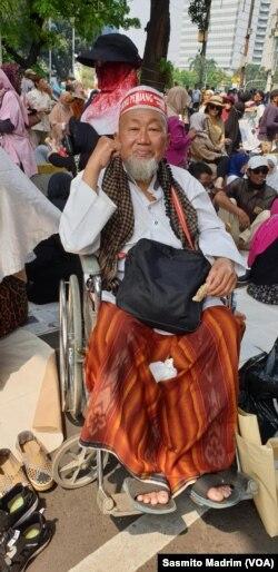 Didit, 66 tahun, peserta aksi di luar gedung Mahkamah Agung menjelang pembacaan putusan sengketa Pilpres 2019 yang diajukan pasangan capres/cawapres Prabowo Subianto-Sandiaga Uno, Kamis, 26 Juni 2019. (Foto: Sasmito Madrim/VOA)