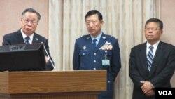 台湾国防部长严明(左一)在立法院接受质询(美国之音张永泰 拍摄)