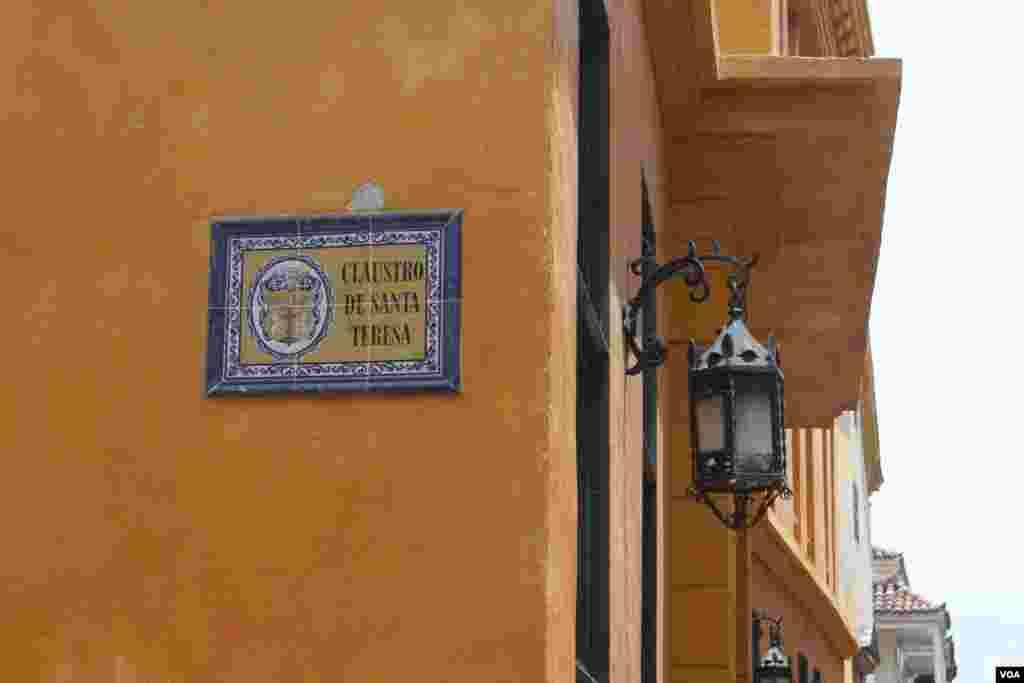 Calle colonial en Cartagena, Colombia. (Iscar Blanco, VOA).