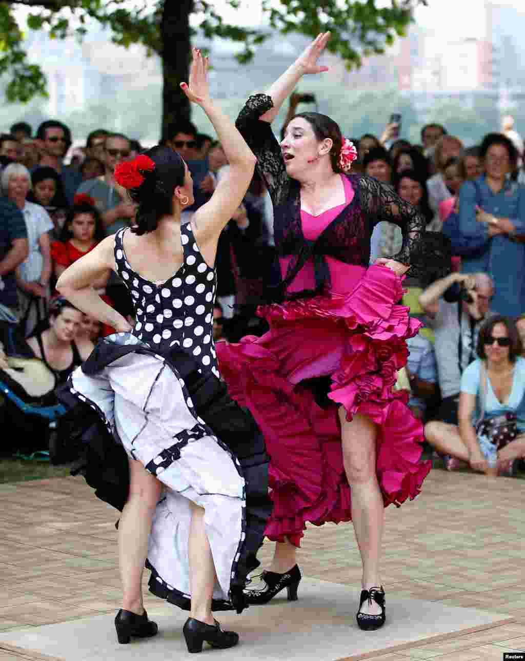 ក្រុមរបាំ Flamenco សម្តែងនៅលើមជ្ឈមណ្ឌល South Bank ក្នុងពិធីបុណ្យ Andalusian ក្នុងក្រុងឡុងដ៍។