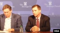 军事专家罗宾•莱尔德 (左)以及 联邦参议院助理安东尼•拉扎尔(右) 图片来源:美国之音张蓉湘