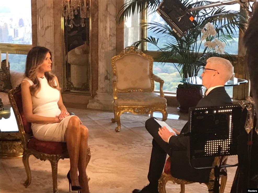 """川普夫人梅拉尼亞·川普在10月17日晚上CNN播送的專訪中說,川普在2005年是受了電視人比爾·布什的慫恿,才說那些冒犯女性的骯髒壞話的。 米蘭尼亞還表示,""""那不是我認識的川普"""",川普是個和善的紳士,尊敬婦女。 她還指責""""左翼媒體""""用那段錄音大做文章,損害川普的聲譽。 她告訴CNN,川普為那段錄音對她道歉,她接受了。 她也同意川普關於這次選舉遭到操縱而偏袒希拉里·克林頓的說法,她說媒體有偏向,不誠實。"""
