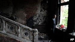 Người đàn ông đặt bó hoa bên trong tòa nhà công đoàn bị cháy ở Odessa, Ukraine