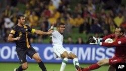 澳大利亚的守门员(右)2月29日在与沙特阿拉伯队的比赛中救起沙特队队员(中)攻来的一球