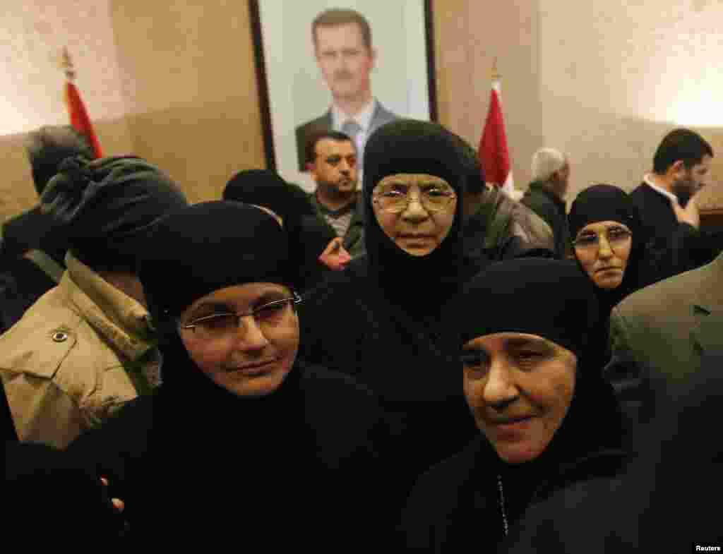 Khoảng 12 nữ tu, được trả tự do sau khi bị quân nổi dậy Syria cầm giữ hơn 3 tháng, đến biên giới Syria với Lebanon tại cửa khẩu Jdaydeh Yaboos, Syria.
