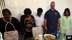 Prière de remerciement avant le repas de Thanksgiving dans une famille américaine