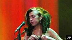 图为艾米·怀恩豪斯今年6月18日在贝尔格莱德登台表演的资料照