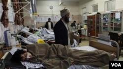 Seorang warga yang terluka akibat bom terbaring di rumah sakit di Kandahar, Kabul Selatan, Afghanistan.