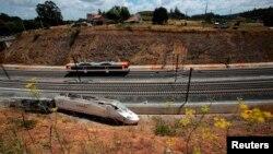 Bagian dari kereta tampak ke luar rel setelah kecelakaan maut yang menewaskan sedikitnya 78 orang di Santiago de Compostela, Spanyol (26/7)
