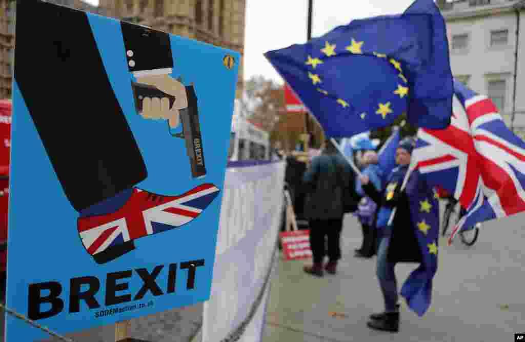 ក្រុមបាតុករកំពុងធ្វើបាតុកម្មនៅមុខរដ្ឋសភាប្រឆាំងនឹងការចាកចេញរបស់អង់គ្លេសពីសហភាពអឺរ៉ុប (Brexit) នៅទីក្រុងឡុងដ៍ ប្រទេសអង់គ្លេស។