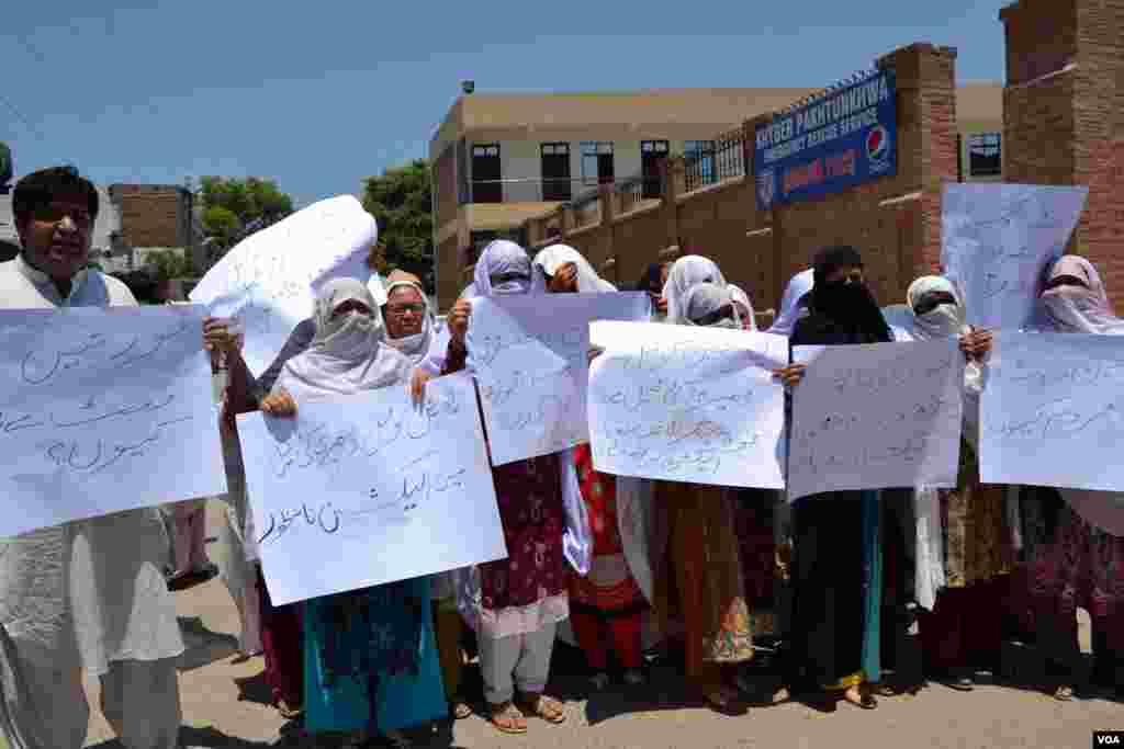 خواتین کی ایک قابل ذکر تعداد نے پشاور میں احتجاجی مظاہرہ کیا۔