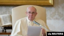 Papa Fransisiko ashikiriza ijambo rya buri ndwi ku kirimba iwe Vaticano, kw'italiki ya 11/11/ 2020.