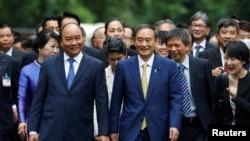 Thủ tướng Nhật Yoshihide Suga và Thủ tướng Việt Nam Nguyễn Xuân Phúc tại Hà Nội ngày 19/10/2020.