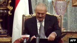 Jemenski predsednik Ali Abdulah Saleh potpisao sporazum o predaji vlasti svom zameniku, 23. novembar 2011.