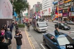 抗议者穿行在台北闹市区的忠孝东路上。(美国之音记者方正拍摄)