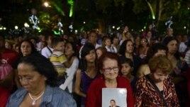 Pristalice predsednika Čaveza se mole za njegovo zdravlje na misi u Karakasu