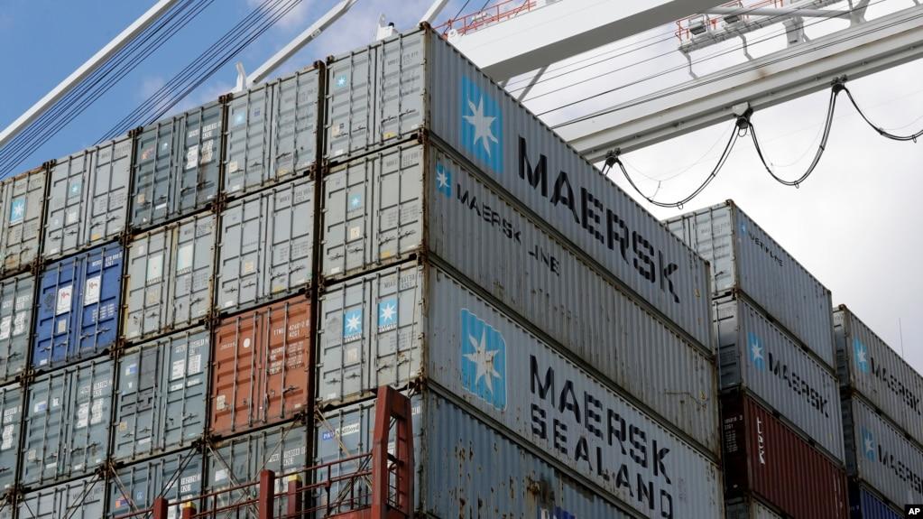 En esta foto de archivo de 2016 se ven contenedores que están siendo descargados de un barco en el Puerto de Baltimore, Maryland.