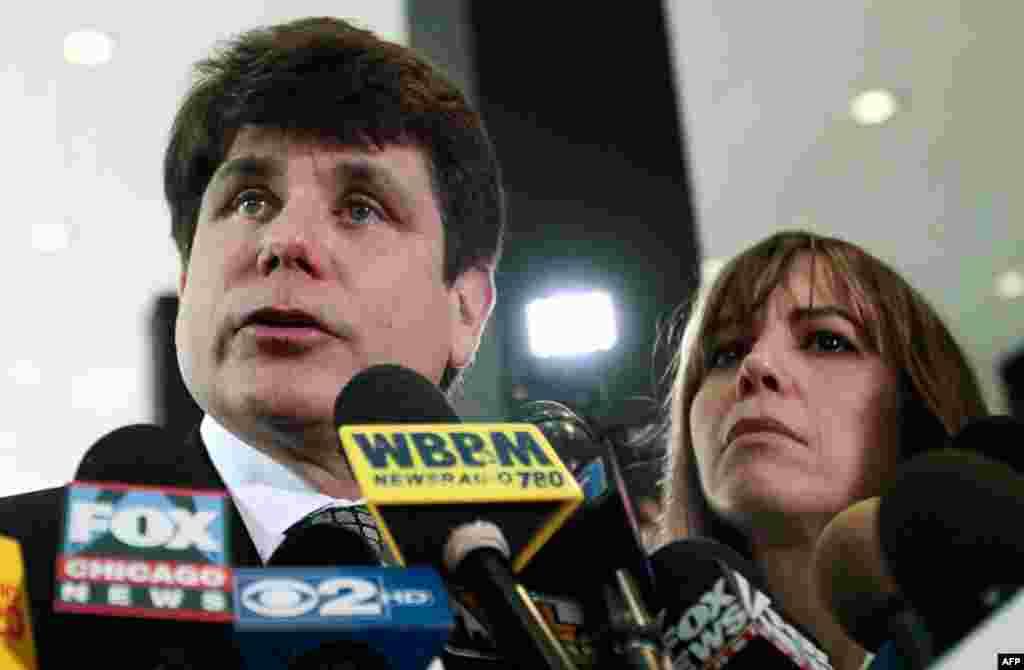 27 tháng 6: Cựu Thống đốc Rod Blagojevich của tiểu bang Illinois Mỹ nói chuyện với các nhà báo tại Chicago. Ông bị kết nhiều tội, trong đó có tội thu xếp bán chiếc ghế trống của Thượng nghị sĩ Barack Obama tại Illinois khi vị thượng nghị sĩ này đắc cử Tổn