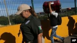 2019年7月18日墨西哥移民在美国申请庇护后返回墨西哥