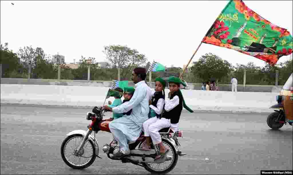 عید میلاد النبی کے موقع پر ایک موٹر سائیکل پر سوار بچے