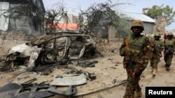 Tentara Uni Afrika asal Uganda di Somalia, yang tergabung dalam African Union Mission in Somalia (AMISOM) mengamankan lokasi pasca serangan bunuh diri di Mogadishu (foto: dok).