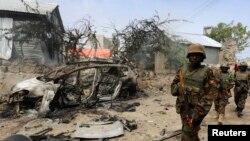 Tentara Uganda yang bertugas di African Union Mission in Somalia (AMISOM) berpatroli di dekat penjara bawah tanah Jilacow di kompleks keamanan national setelah sebuah serangan yang diduga dilakukan oleh militan di Mogadishu 31 Agustus 2014.