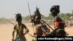 Démonstration de la danse traditionnelle Mousseye Kodoma, une éthnie du sud du Tchad et une partie du Cameroun, Bongo, 18 novembre 2017. (VOA/André Kodmadjingar).