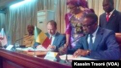 Paul A Folmsbee, ambassadeur des Etats-Unis, à gauche, et Abdoulaye Diop, ministre malien des affaires étrangères, Bamako, 10 juin 2016 VOA / Kassim Traoré
