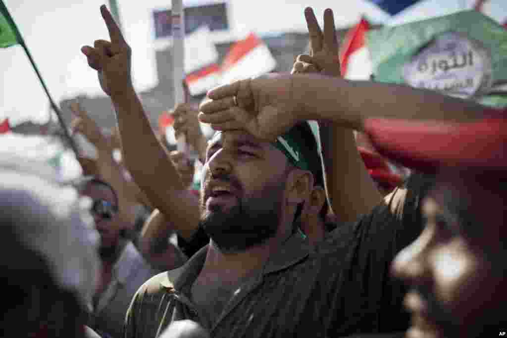 Những người ủng hộ Tổng thống Hồi giáo Ai Cập, Mohammed Morsi, tham gia cuộc biểu tình tại Cairo. Hằng ngàn người ủng hộ và chống đối Tổng thống kêu gọi Ai Cập tổ chức các cuộc biểu tình ủng hộ và chống đối Tổng thống tại thủ đô nước này hôm thứ Sáu.