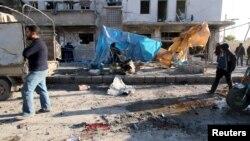 8일 시리아 알레포 지역에 정부군의 공습이 있은 후 피해 지역 땅바닥에 피가 묻어있다.