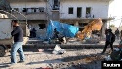 Warga memperhatikan kerusakan akibat serangan udara di pasukan pro-pemerintah Suriah yang didukung Rusia di daerah al-Sakhour, Aleppo, Suriah, yang dikuasai oleh pemberontak, 8 Februari 2016.