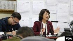 王如玄召开军宅问题记者会 (美国之音李逸华拍摄)