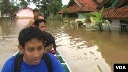 Para warga di Kabupaten Bandung harus mengungsi akibat luapan Sungai Citarum yang merendam rumah-rumah hingga ketinggian 3 meter.