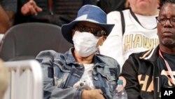 Lolita Owens, de Snellville, en Géorgie, porte un masque en attendant qu'un match de basket NBA entre les New York Knicks et les Atlanta Hawks débute le 11 mars 2020 à Atlanta. Ownes a déclaré qu'elle portait le masque en raison d'un système immunitaire affaibli.