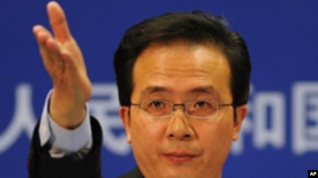 China's Ministry of Foreign Affairs spokesman Hong Lei gestures for questions at a press briefing in Beijing, Nov. 30, 2010 (FILE).