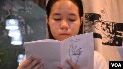 香港中文大學吐露詩社六四29周年詩聚參加者手持場刊《詩與民主》(美國之音湯惠芸拍攝)