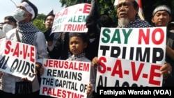 Lima ratus orang melakukan unjuk rasa di Depan Kedutaan Amerika Serikat di Jakarta, Jumat (8/12).