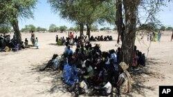 部分在苏丹境内流离失所的人周五聚集在南苏丹距离阿卜耶伊130公里的地方