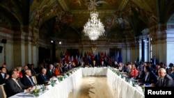 Menlu Rusia Sergei Lavrov (kiri),Menlu AS John Kerry (tengah) dan utusan khusus PBB untuk Suriah Staffan de Mister (kanan) dalam pertemuan di WIna, Austria (17/5).
