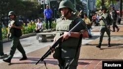 """Las protestas llevan más de un mes en Venezuela, mientras el gobierno envía al Ejército para """"limpiar las calles"""" del país."""