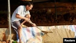 在尼日利亚金矿工作的一名中国矿工 (资料照片)