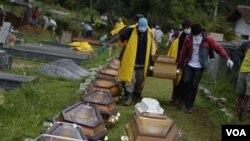 Warga Brazil mengangkut peti jenazah korban banjir di taman pemakaman kota Nova Friburgo, Sabtu, 15 Januari 2011.