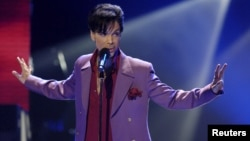 """FILE - Singer Prince performs in a surprise appearance on the """"American Idol"""" television show finale at the Kodak Theater in Hollywood, California, May 24, 2006."""