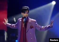 "FILE - Singer Prince performs in a surprise appearance on the ""American Idol"" television show finale at the Kodak Theater in Hollywood, California, May 24, 2006."