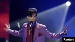 """美国流行偶像""""王子""""在加州好莱坞柯达剧院的""""美国偶像""""电视节目里出台表演 (2006年5月24日)"""