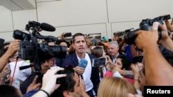 Juan Guaido agishika ku kibuga c'indege avuye mu bihugu vya Amerika i Caracas muri Venezuela. Itariki 04/03/2019