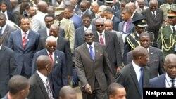 Rais Robert Mugabe wa Zimbabwe (kati), Rais Armando Guebuza wa msumbiji (2nd L red tie), Mfalme Mswati III wa Swaziland (L red and white tie) na RaisJoseph Kabila wa Congo (behind Guebuza) kwenye mkutano wa SADC