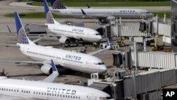 8일 미국 텍사스 주 휴스턴의 조지부시국제공항에서 유나이티드 항공사 여객기들이 운행을 중단하고 대기 중이다.