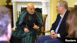 9일 미국 의회에서 하미드 카르자이 아프가니스탄 대통령(가운데)이 미치 맥코넬 공화당 원내대표(오른쪽)와 면담했다.