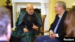 Tổng thống Afghanista Hamid Karzai (trái) họp với Thượng nghị sĩ Mitch McConnell tại Quốc hội hôm 9/1/13